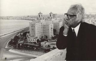 El comunista Nicolás Guillén, Premio Nacional de Literatura 1983, en su apartamento de millonario.