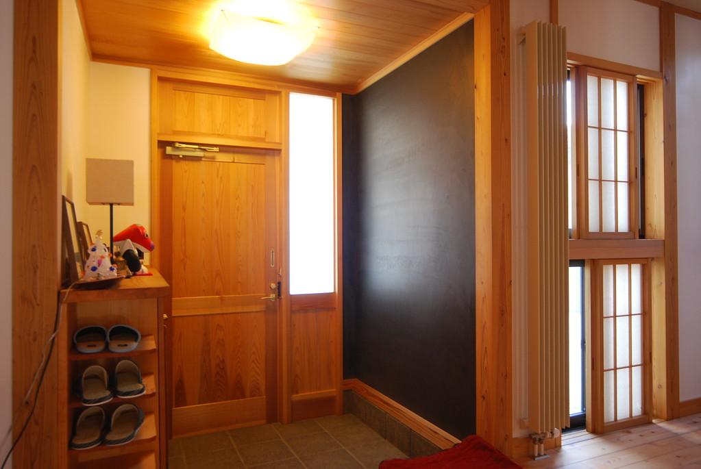 玄関 黒の漆喰塗り