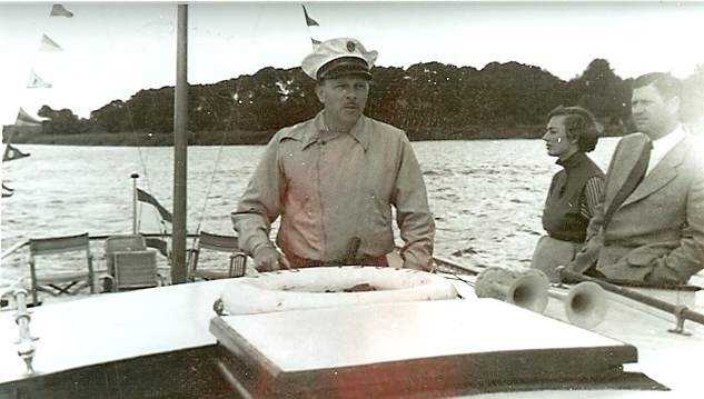Busunternehmer Severin auf seinem Schiff 1951