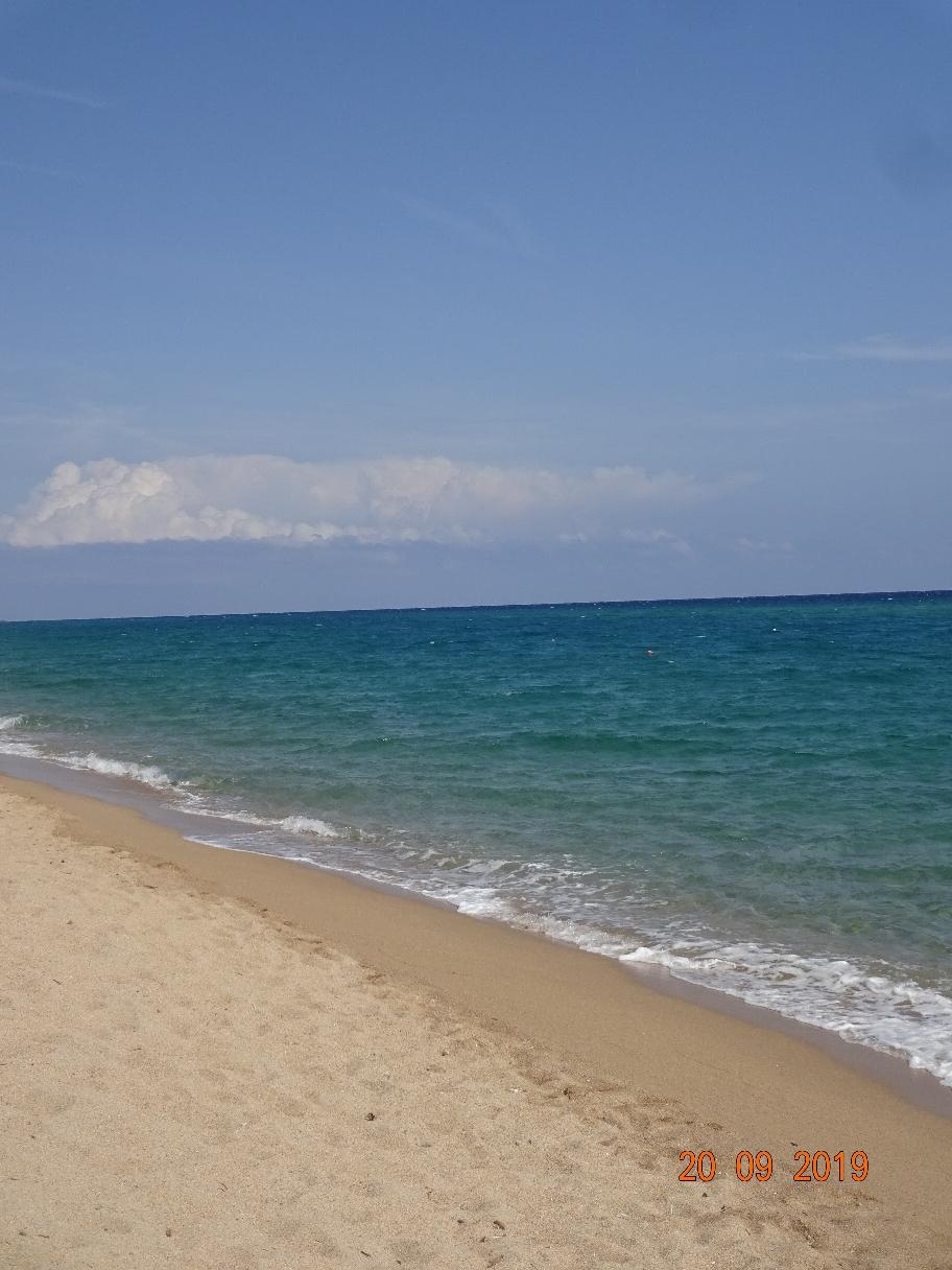 Nun ist diese Reise fast zu Ende. Wir sind nur noch dieses Wochenende auf Sardinien - und dann geht's mit der Fähre am 23. September wieder auf das Festland zurück. Vier Wochen haben wir diese italienische Urlaubsinsel bereist und uns von der Schönheit der Natur überzeugen lassen. Ich möchte mich auf ein kleines Fazit beschränken:  Es gibt Sardininliebhaber und es gibt Korsikaliebhaber. Mit dem Wohnmobil ist die Insel Sardinien natürlich besser zu bereisen. Ich bin ein Korsika-Fan. Warum das so ist? Das zu beantworten würde zu weit führen. Nur soviel sei gesagt: Auf Korsika ist man am Meer und in den Bergen zugleich. Das ist auf Sardinien nicht so.Wir waren auf Korsika und jetzt auf Sardinien auf Wegen unterwegs, die man eigentlich mit einem größeren Womo nicht fahren kann. Deshalb haben wir sehr viele Ecken kennengelernt, die man normalerweise in zwei Wochen Strandurlaub nicht sieht. Und wir waren dieses Mal etwas zu früh unterwegs. Auch von Mitte /Ende August bis in den September ist noch fast Hochsaison. Das haben wir auf Korsika nicht so in Erinnerung. Die Sarden leben mit und von den Touris und sind auch dementsprechend freundlich.