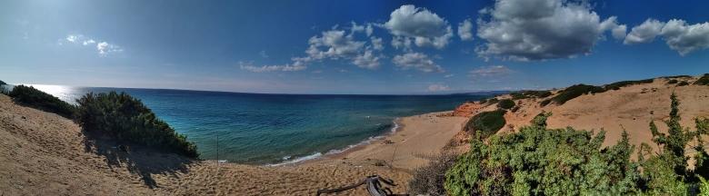 Das ist der Blick auf die malerischen roten Küstenklippen und das türkisfarbene Meer.