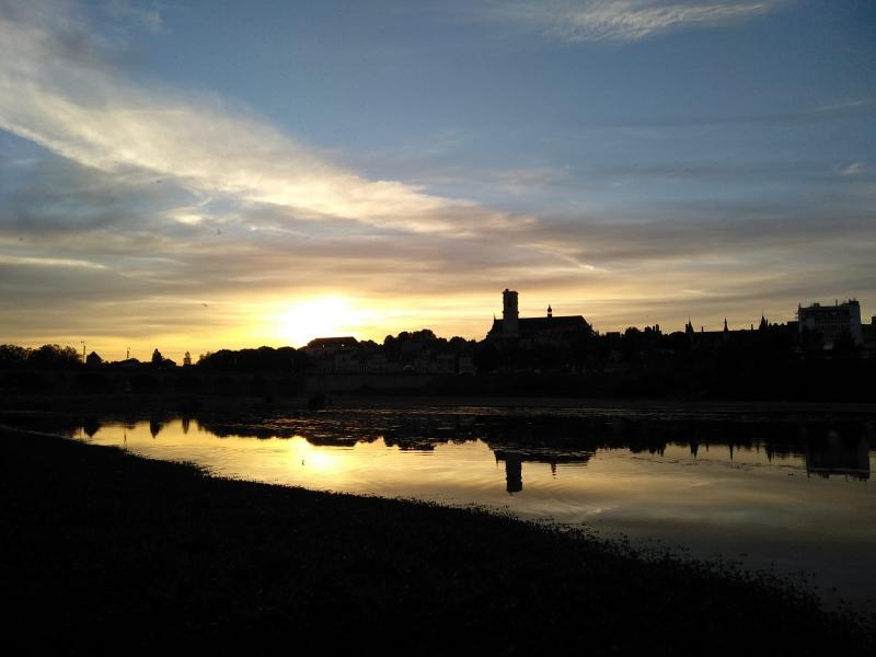 Ein schöner Sonnenuntergang hier an der Loire mit Blick auf die Altstadt lässt den Tag ausklingen.