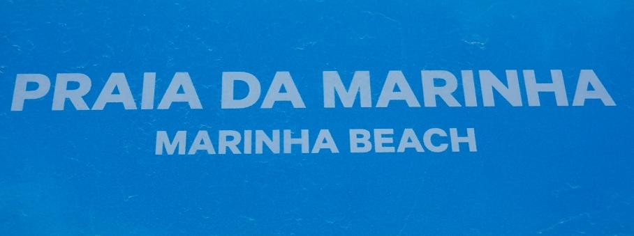 """Ja, und von dort fuhren wir ein kleines Stückchen weiter zur Felsenbucht """"Praia da Marinha"""". Dort gingen wir zuerst an den Strand und ließen die hohen, zerklüfteten Kalksteinklippen und das türkisgrüne Meer auf uns wirken."""