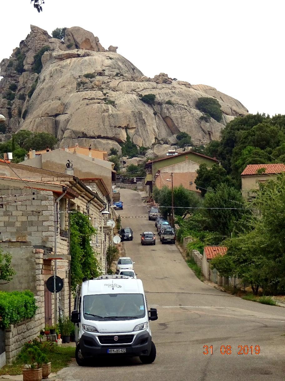 """Ja, das war schon spektakulär! Dieser gewaltige Anblick!  Das Dorf liegt malerisch an einer Bergkette mit tollem  Ausblick! Die Straße """"Strada panoramica"""" führt um den Ort herum, immer mit Blick auf die schroffen Granitfelsen."""