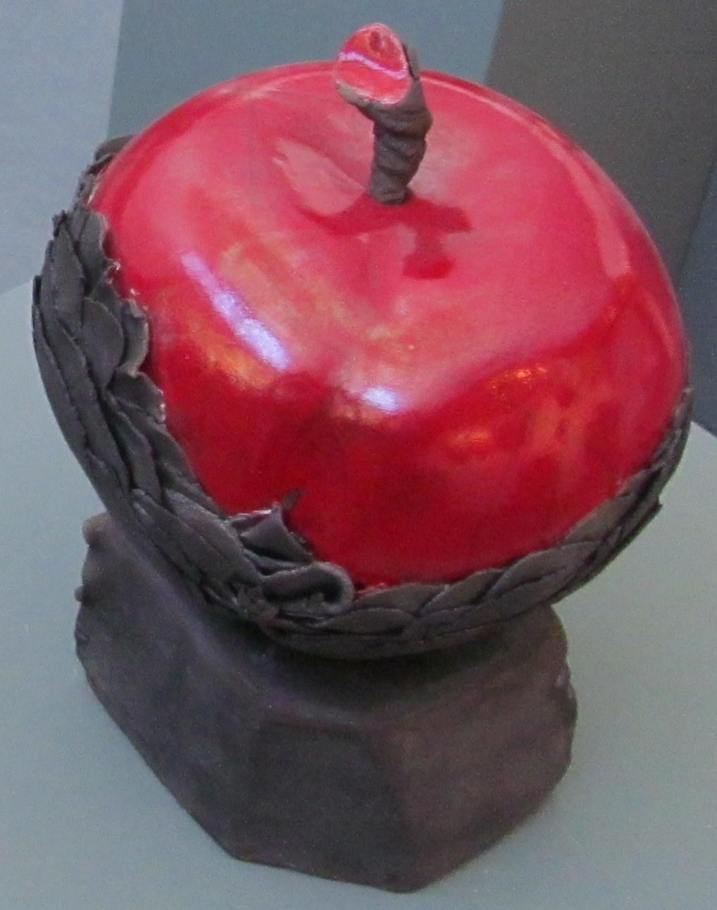 30-Pomme rouge sur socle (250 €)