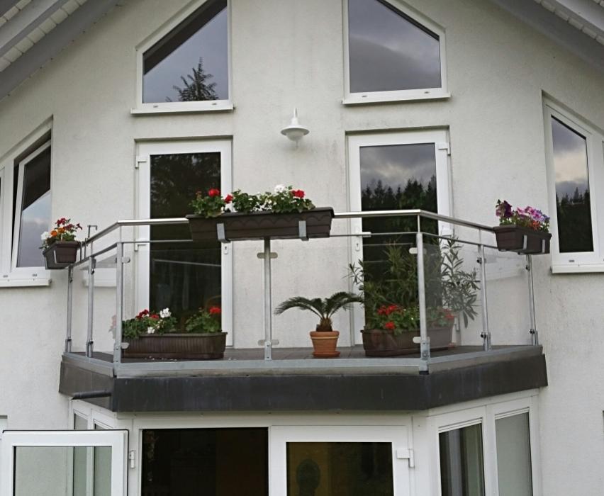 Terrassengeländer mit Acrylglasfüllung, Blumenkastenhaltern und Terrassentürhaltern aus Edelstahl