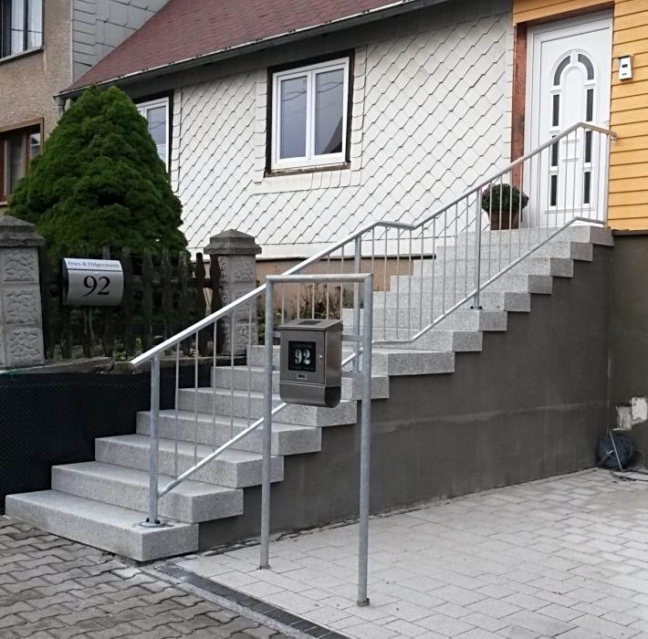 Feuerverzinktes Treppengeländer mit passendem Briefkastenhalter