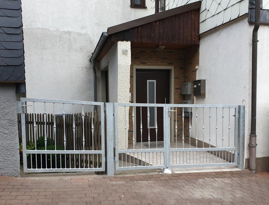 Zweiflügeliges Drehtor mit passender Tür