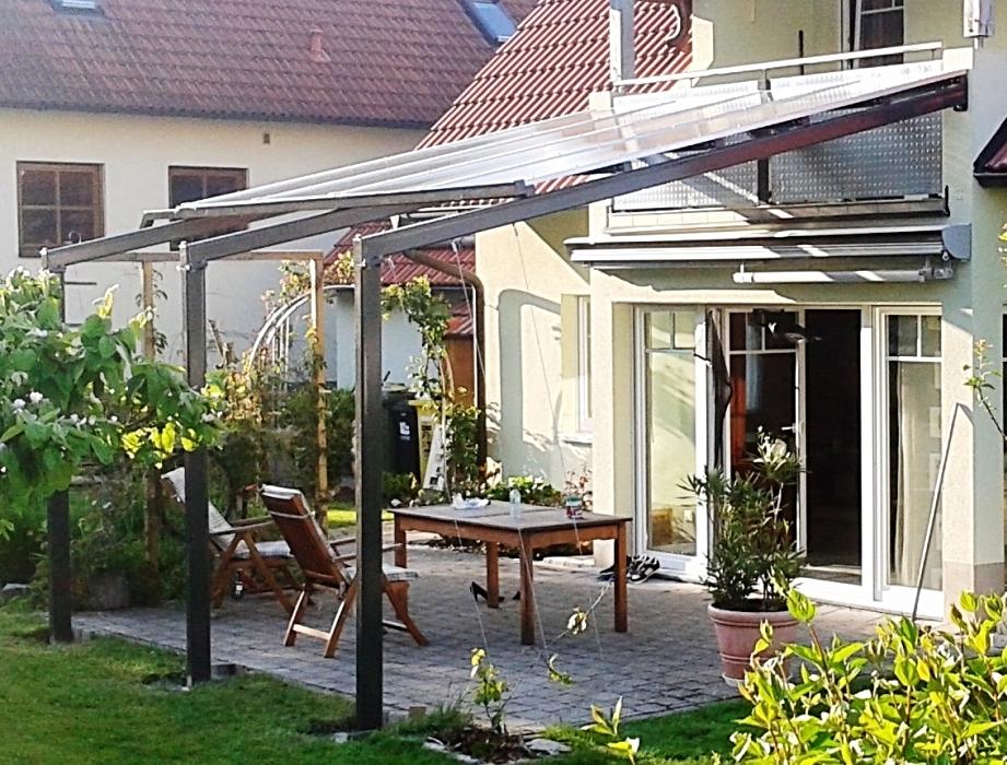 Feuerverzinkte und pulverbeschichtete Terrassenüberdachung mit Heatstop-Doppelstegplatten, integrierter Rinne, Geländer mit Prägeblechen, Edelstahlseilen als Rankhilfe