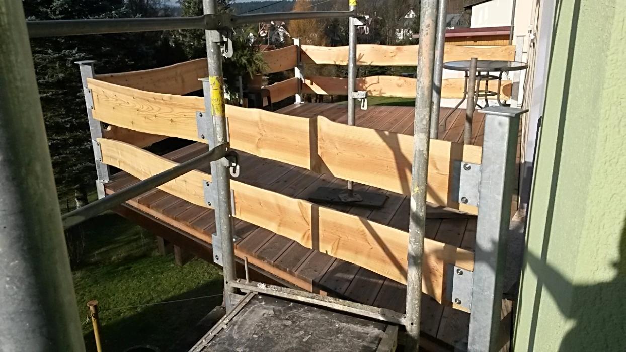 Erneuerung Balkon mit feuerverzinkten Pfosten, integrierten Sonnenschirmhaltern und Massivholzverkleidung