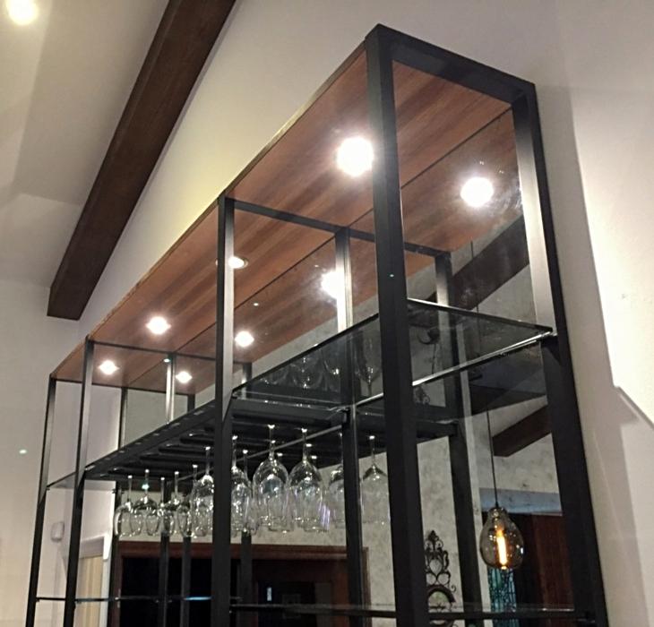 Walnus-Bar mit integriertem Weinglasregal schwarz lackiert