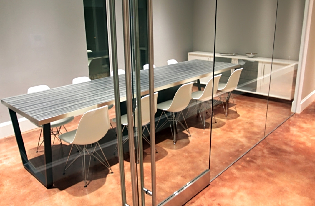 Konferenztisch schwarz pulverbeschichtet mit integrierter Blechverkleidung für Kabelage