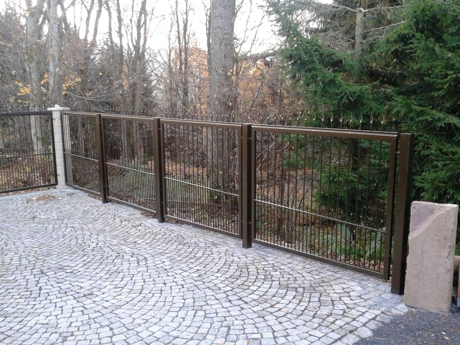 Feuerverzinkter und pulverbeschichteter Zaun passend zu vorhandenem Tor