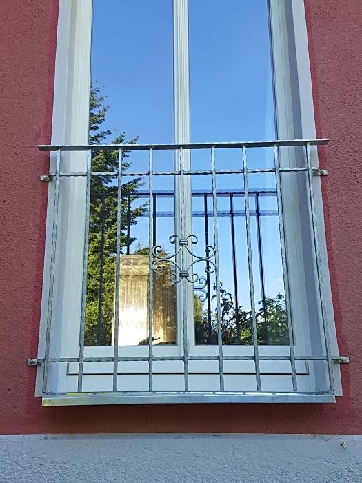 Fenstergitter Schmiedeeisen mit integriertem Handlauf
