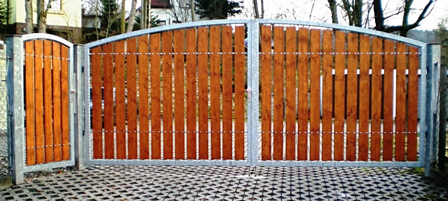 Feuerverzinktes Tor und Tür mit Holzfüllung