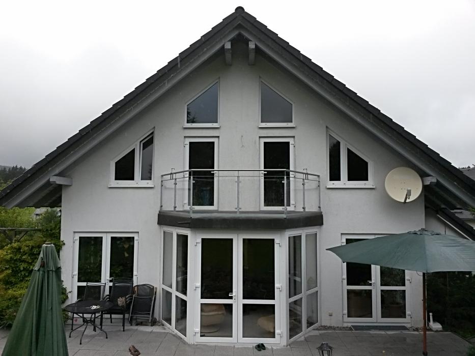 Feuerverzinkter Balkon mit WPC auf Anbau, Geländer mit Acrylglas und Blumenkastenhaltern, Handlauf Edelstahl