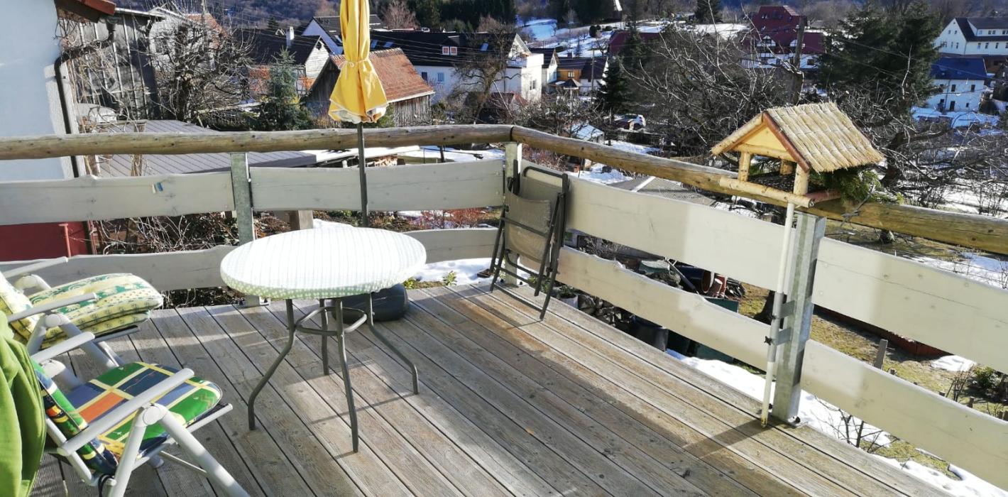Geländerpfosten mit Holzfüllung und -handlauf, integrierte Sonnenschirmhalter