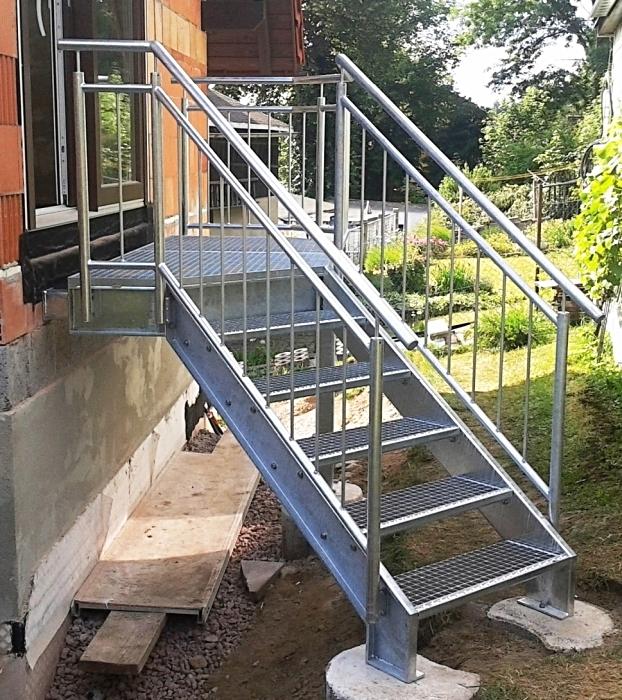 Feuerverzinkte Podesttreppe mit Gitterrosten