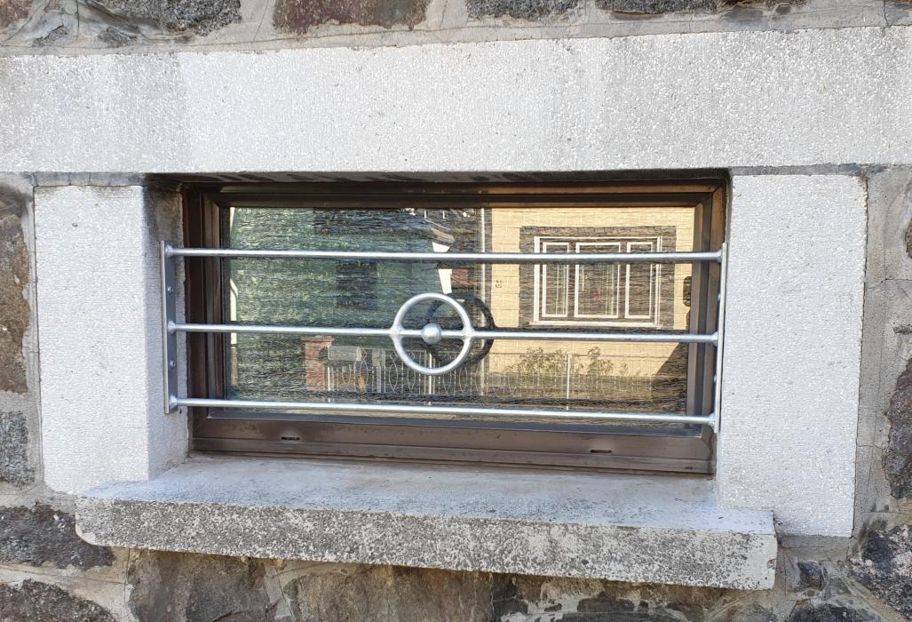 Fenstergitter mit Ring und Kugel