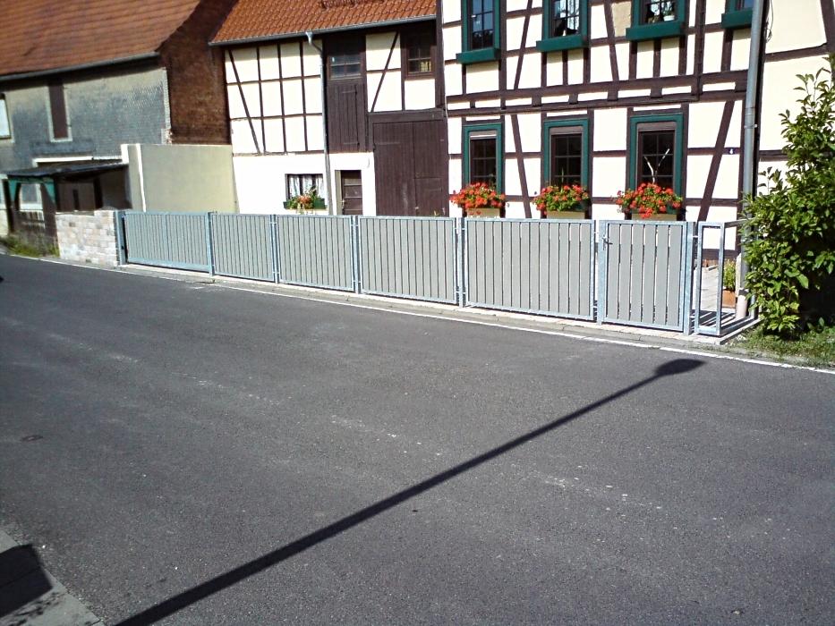 Feuerverzinkter Zaun mit Holzfüllung und integriertem motorisiertem Schiebetor