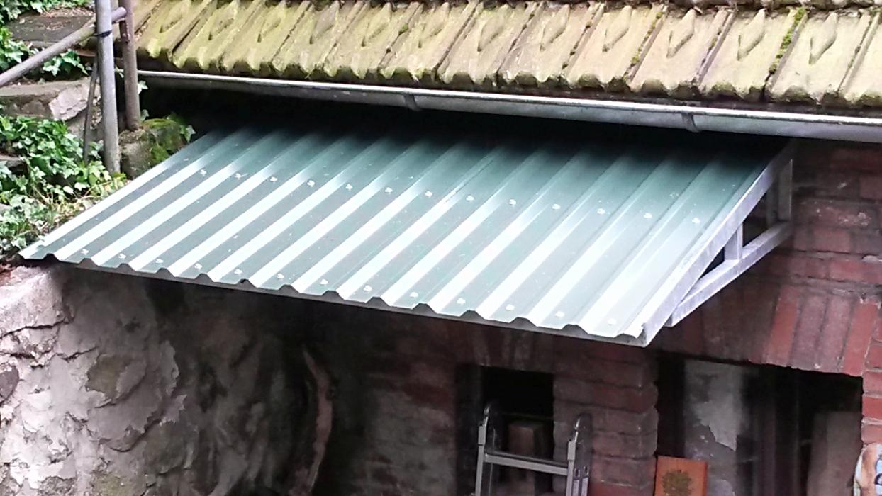 Vordach aus feuerverzinkter Quadratrohrkonstruktion mit Trapezblech belegt