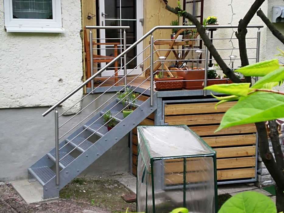 Feuerverzinkte Anbauterrasse mit Holzdielen und integriertem Abstellraum, Geländer Edelstahl mit Füllstäben