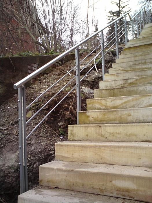 Treppengeländer mit Winkelstahlpfosten feuerverzinkt und pulverbeschichtet mit Edelstahlhandlauf und intergrierten LED-Lichtleisten