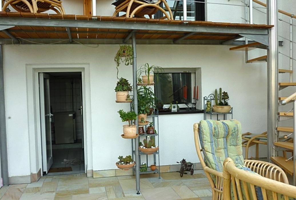 In Wintergarten integrierter Balkon mit Holzdielenbelag, Kombination mit vorhandenem Geländer und Spindeltreppe