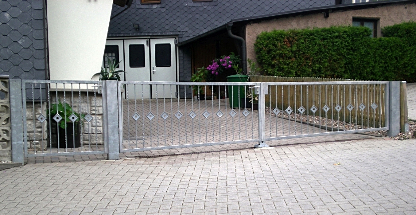 Modern gehaltenes feuerverzinktes Tor und Tür
