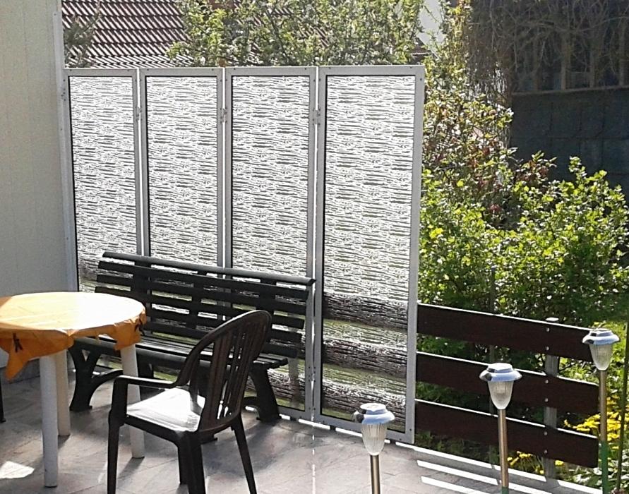 Windschutz aus Aluminium mit Kunstglaselementen