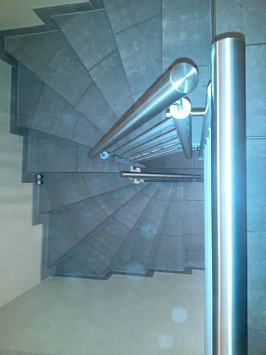 Treppengeländer aus pulverbeschichtetem Schwarzstahl mit Edelstahlhandlauf