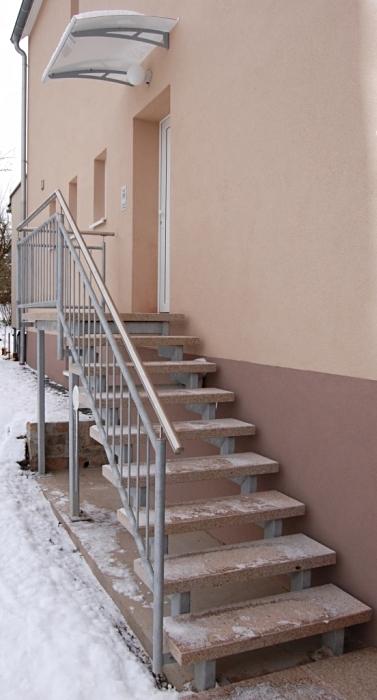Feuerverzinkte Doppelholmtreppe mit Podest Natursteinbelag und Edelstahlhandlauf