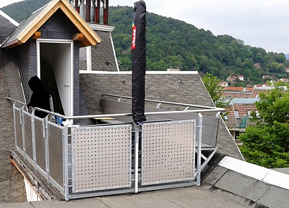 Fuerverzinktes Terrassengeländer mit eingefassten Edelstahl-Lochblechen