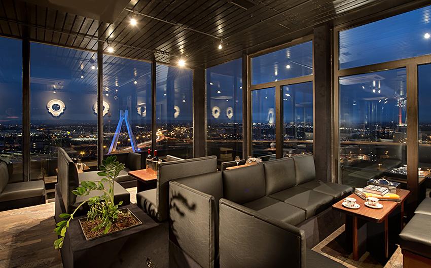 Sky Bar mit grandioser Aussicht über die Stadt bei Nacht.