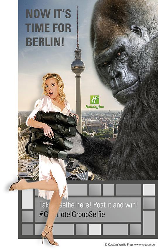 """Idee: Der Gast hat die Möglichkeit sich ein Kostüm, in Form einer Gorillahand, anzulegen. In Positionierung vor dem Selfie-Point (Roll-Up) befindet er somit wirklich in den """"Fängen von King Kong""""."""