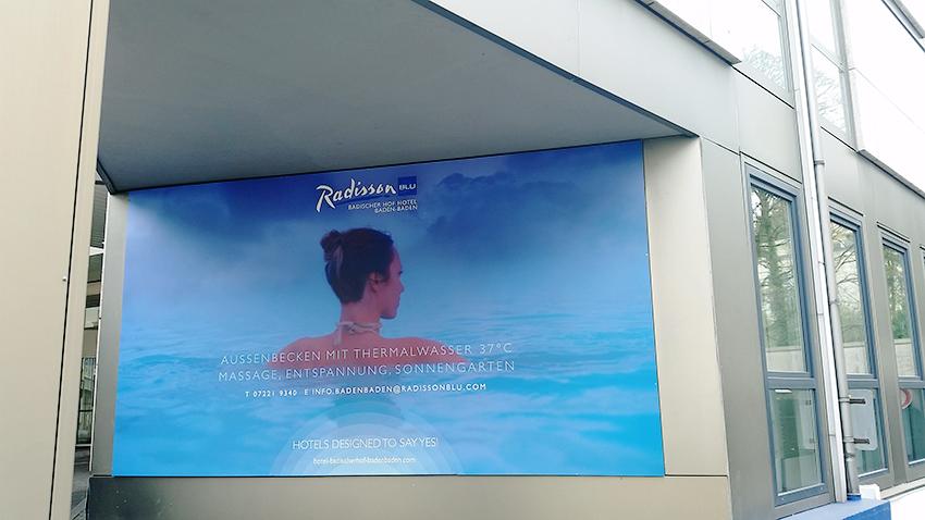 Neues Banner an der Fassade des Hotels