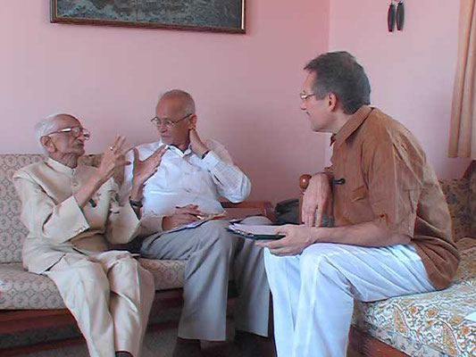 Peter Rühe talks with Fakhruddin M. Shamsi about India's independence movement and Mahatma Gandhi, Mumbai, February 25, 2005.