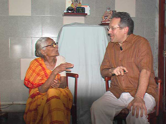 Peter Rühe talks with Savitaben Desai about India's independence movement and Mahatma Gandhi, Mumbai, February 25, 2005.