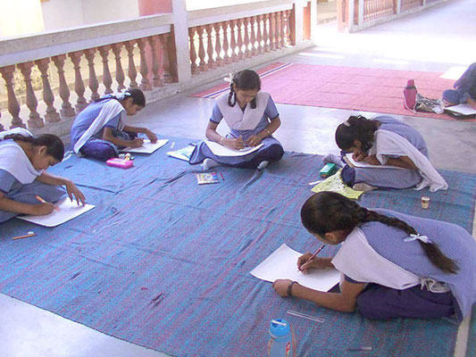 "TeilnehmerInnen des Malwettbewerbs ""Mahatma Gandhi - As I see him"" in Rajkot, Gujarat."