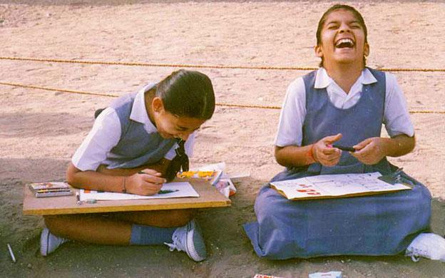 """Teinehmerinnen des Malwettbewerbs """"Mahatma Gandhi - Wie ich ihn sehe"""" in Rajkot, Gujarat, Indien."""