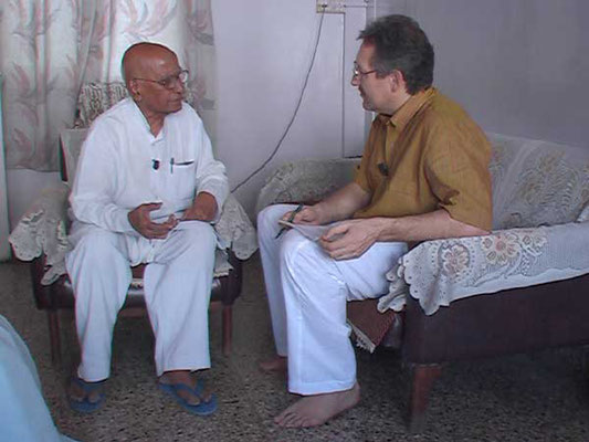 Peter Rühe talks with Vimal Chandra Das about India's independence movement and Mahatma Gandhi, Mumbai, March 1, 2005.
