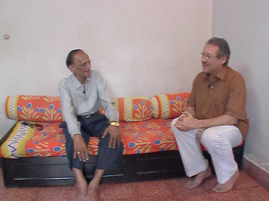 Peter Rühe talks with Chandrakant D. Jardosh about India's independence movement and Mahatma Gandhi, Mumbai, February 26, 2005.