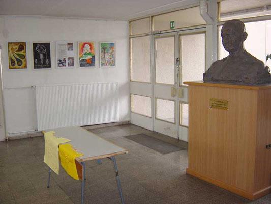 """Ausgestellte Bilder des Malwettbewerbs """"Mahatma Gandhi - wie ich ihn sehe"""" in der Mahatma-Gandhi-Oberschule in Berlin-Marzahn."""