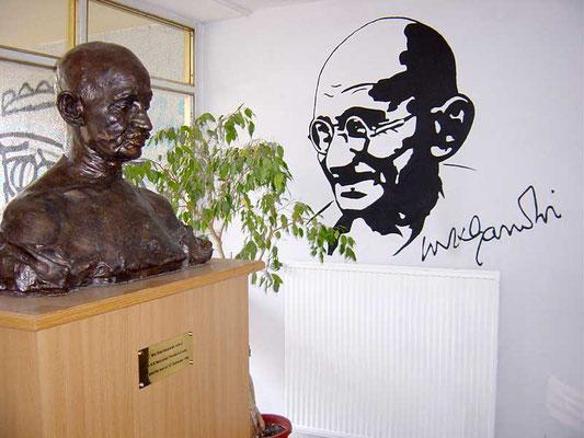 Büste von Mahatma Gandhi in der Mahatma-Gandhi-Oberschule in Berlin-Marzahn.