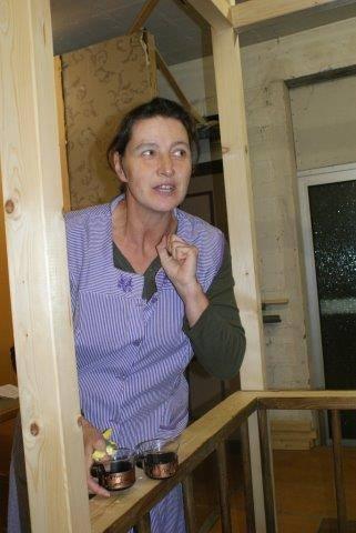 Manuela Maschmeyer als Miss Helen, das neugierige Dienstmädchen bei Jack!