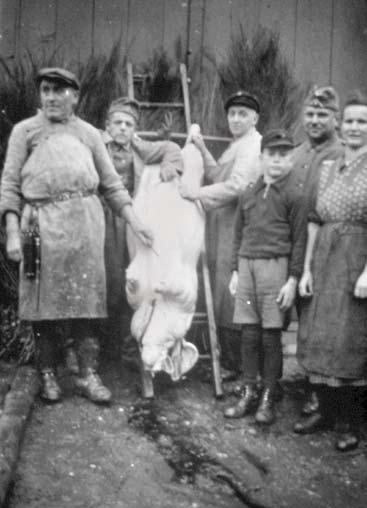 Hausschlachtung vor Haus Weller (Co) in der Unterecke 1939