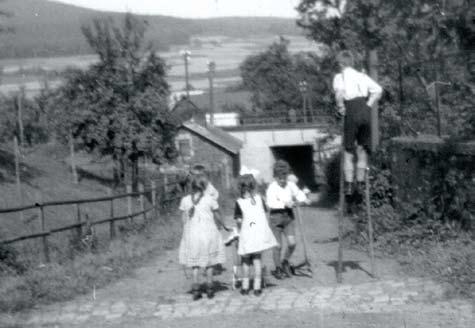3. An der unteren Langenholzstraße, vor der Bahnbrücke auf der linken Seite talabwärts gesehen, abgebrochen in den 1970er Jahren