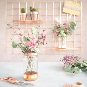 Blumenvasen mit Goldakzenten
