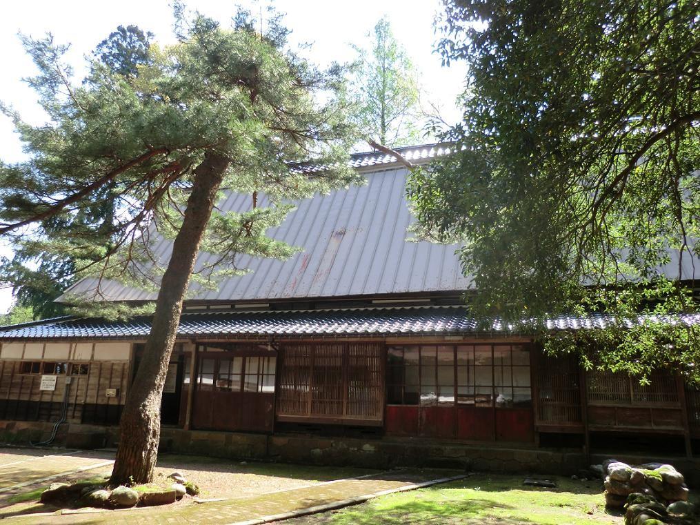 納屋門をくぐると、どこか懐かしい木々があふれ、静寂な空間が広がる