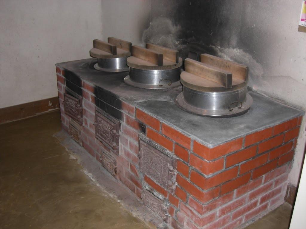自炊用の釜戸。農村の古き時代のスローライフが体験できます